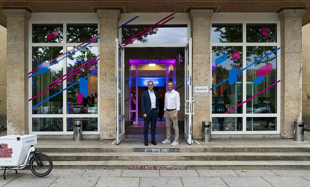Michael Müller (left), governing major of Berlin and Nicolas Zimmer, chairman of the board at Technologiestiftung Berlin at the CityLAB gate for the official opening